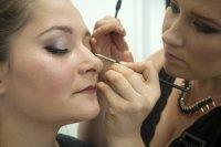 wykonywanie makijażu